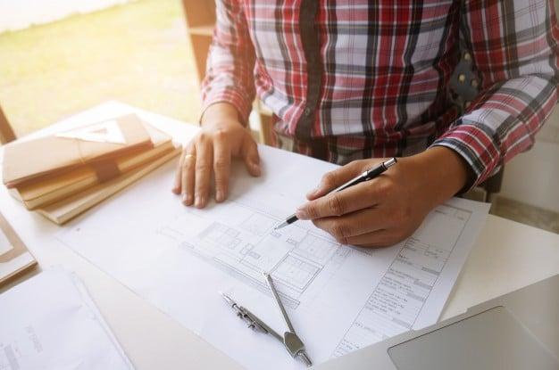 colegas-disenador-de-interiores-corporativo-logro-planificacion-diseno-en-proyecto-trabajo-en-equipo-concepto-con-brujulas_1715-10